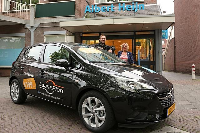 De Opel Corsa staat deze week voor de deur van de Albert Heijn in Woerden.