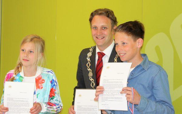 Leerlingen lezen gedicht voor bij herdenking in Oudewater