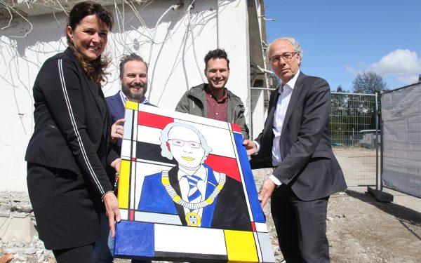 Burgemeester ontvangt bijzonder portret
