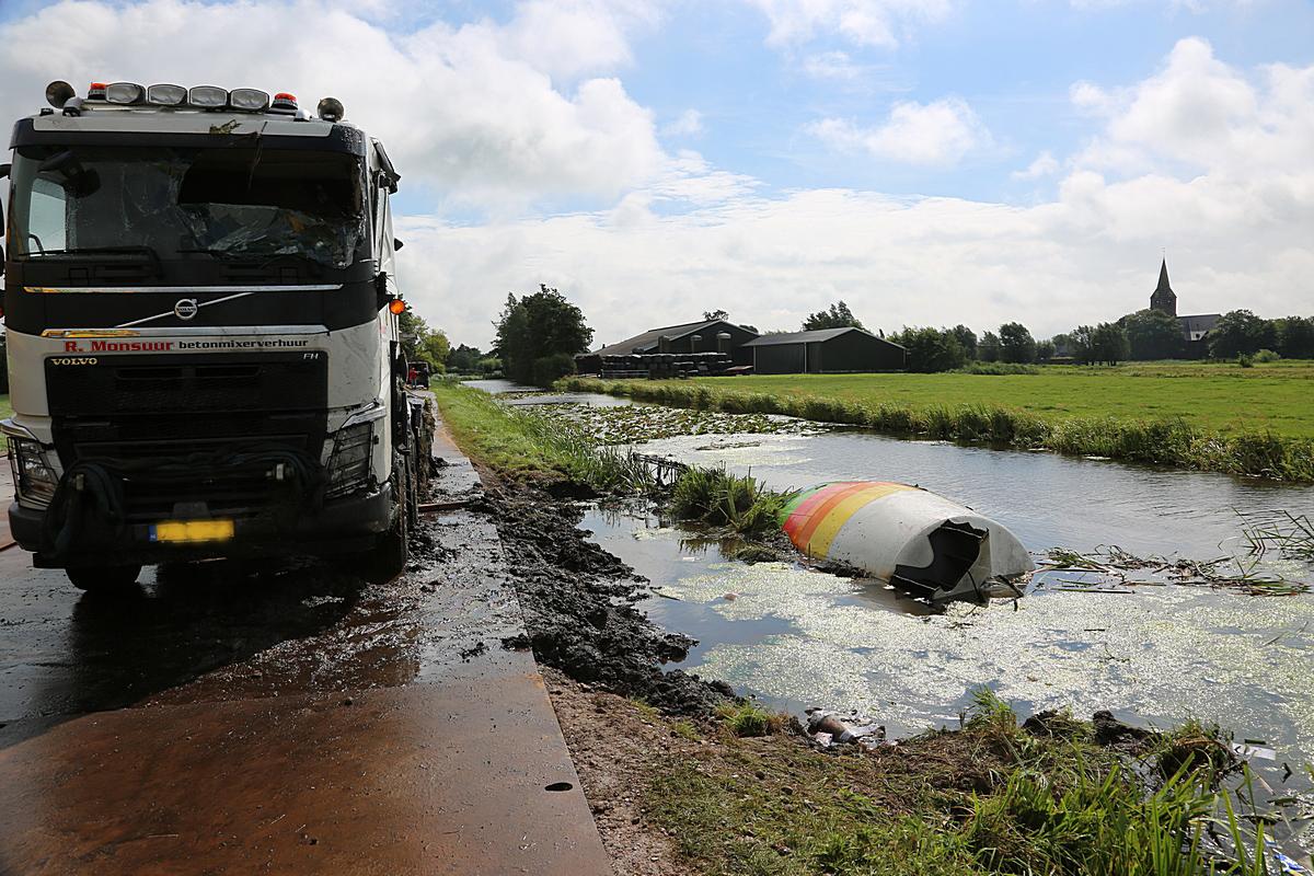 Vrachtwagen uit sloot gevist bij Kamerik