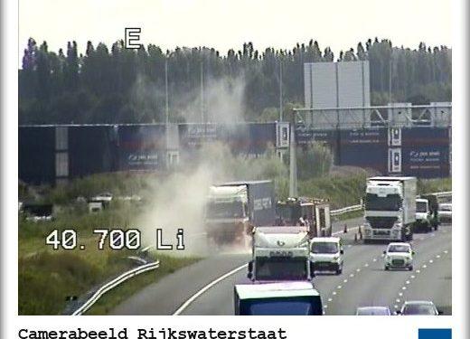 Brandweer koelt remmen van vrachtwagen op A12