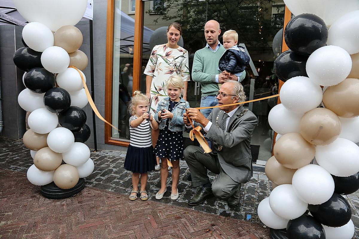 Woonwinkel Van Tuijl Meubels feestelijk geopend