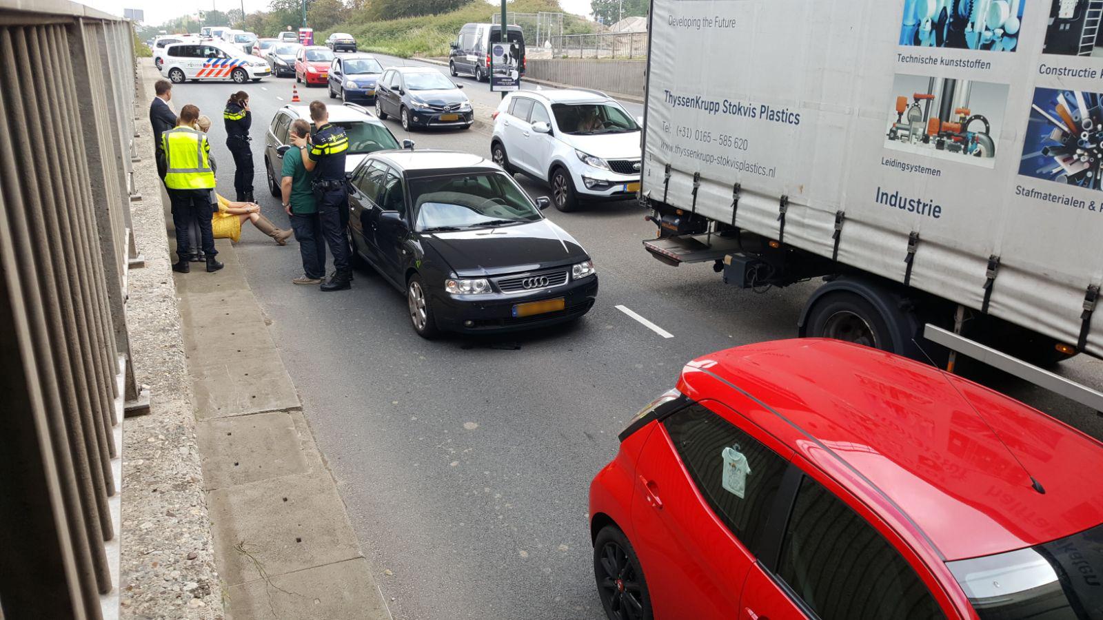 Kop-staartbotsing met drie auto's op Hollandbaan