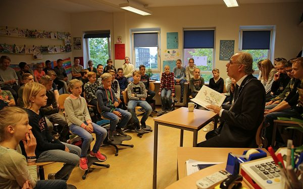 Burgemeester leest 'gruwelijke' verhalen voor aan groep 8