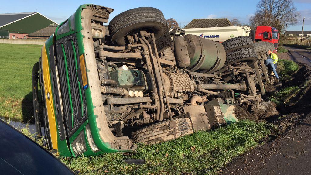 Vrachtwagen kantelt in boerensloot in Oudewater