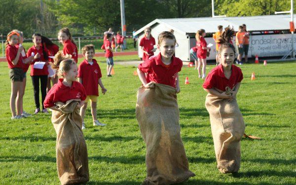 Woerdense kinderen bewegen er op los tijdens Koningsspelen