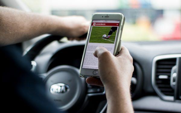 Politie controleert morgen extra op smartphone gebruik in de auto