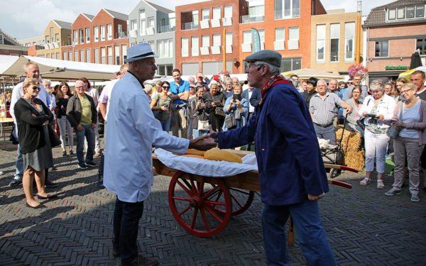 Edammers bezoeken Woerdense kaasmarkt