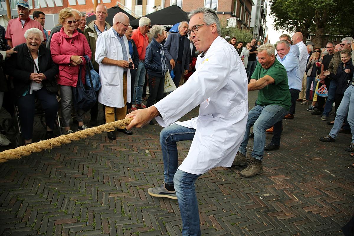 Handelaren strijden om laatste cent op historische kaasmarkt