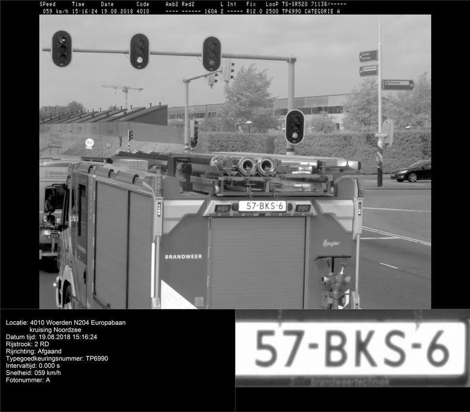 Woerdense brandweerauto wacht voor stoplicht en wordt geflitst