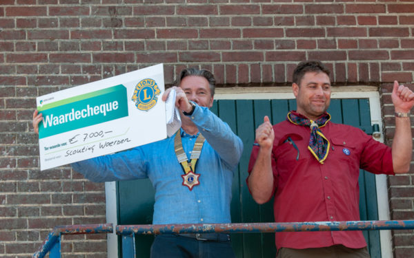 Lionsclub schenkt 7.000 euro aan Scouting Woerden