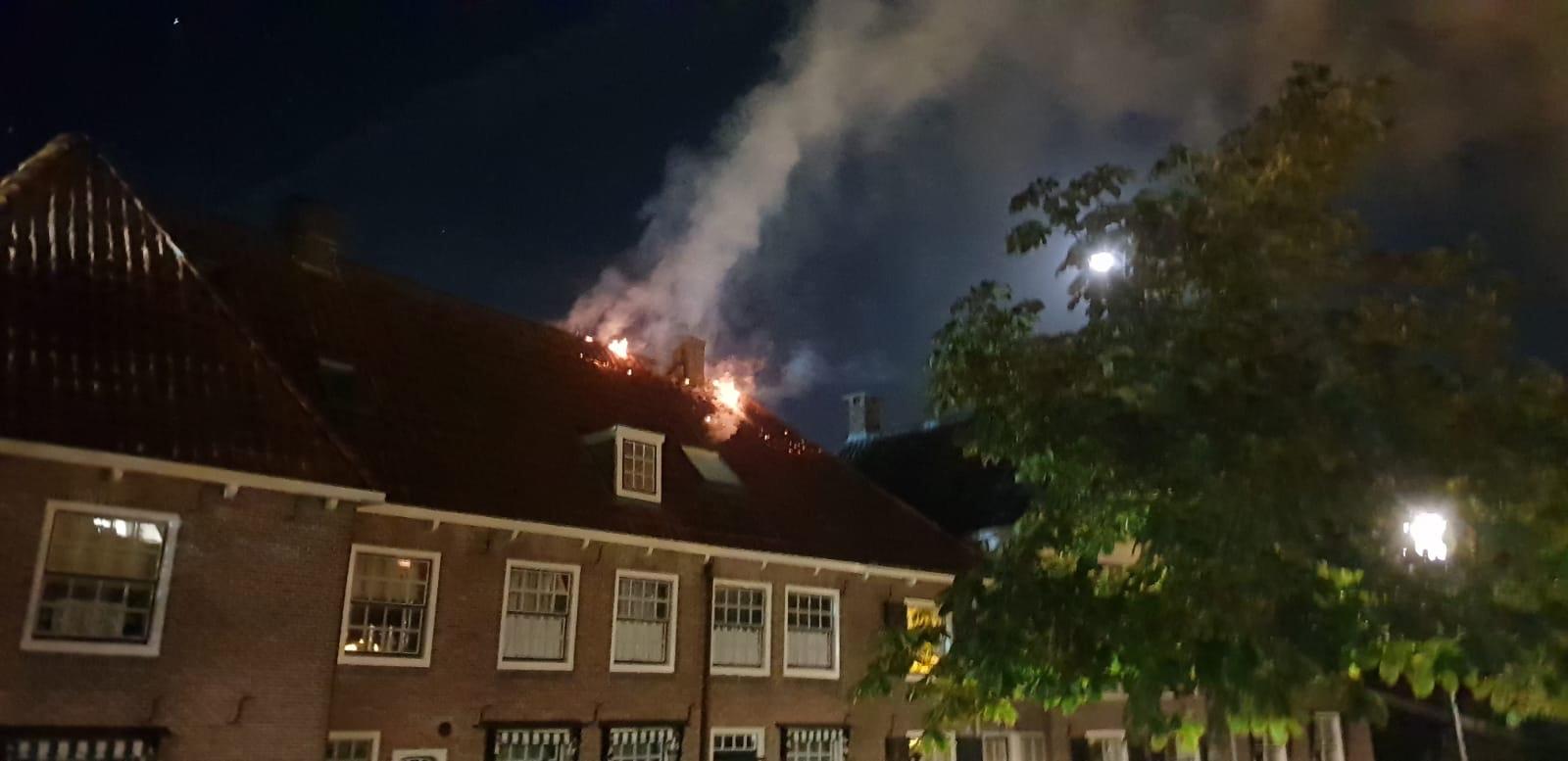 Vlammen slaan uit dak in Linschoten