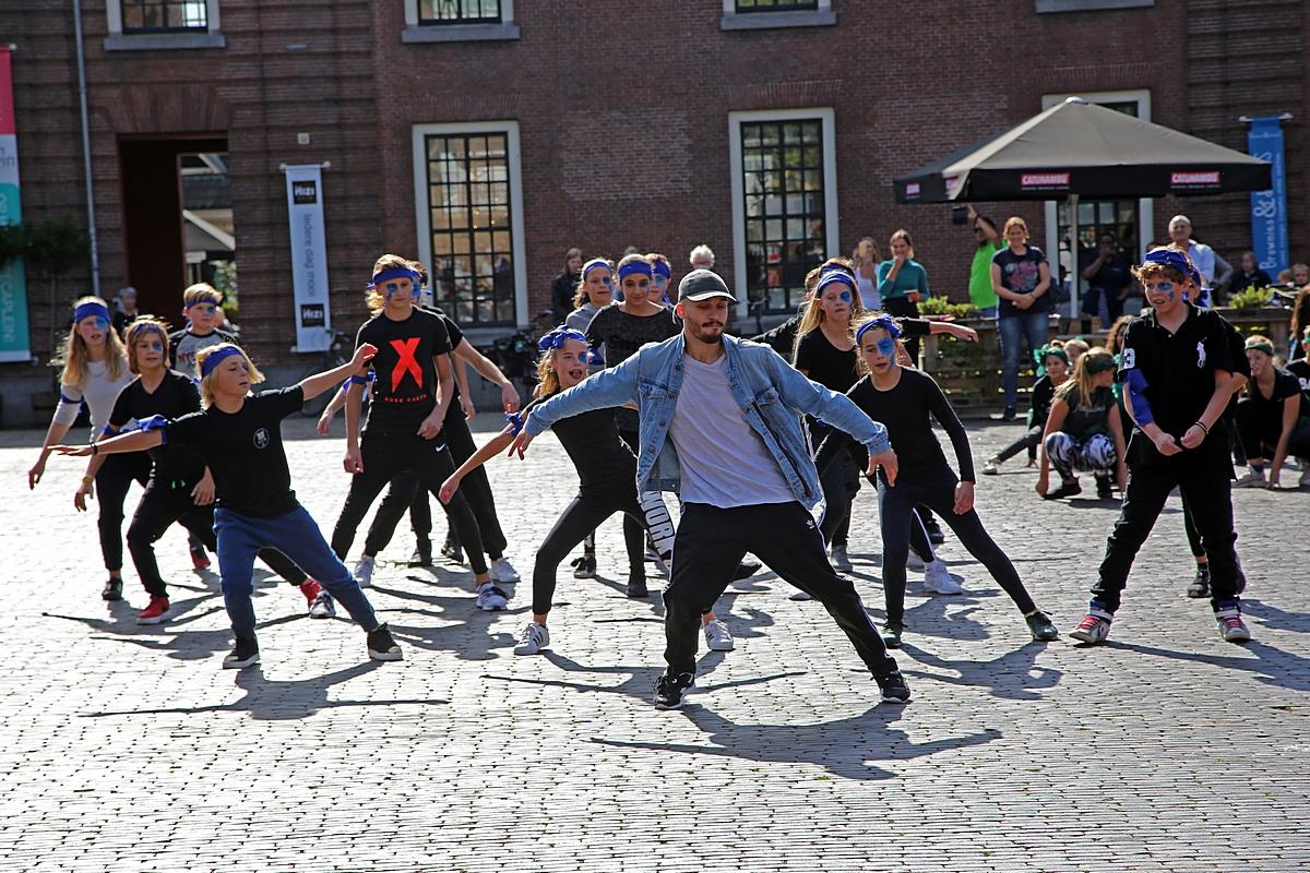 Leerlingen gaan dansend eerste leerjaar tegemoet