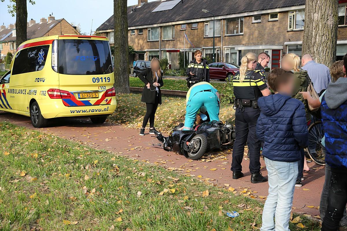 Scooterrijdster gewond na botsing met fietser