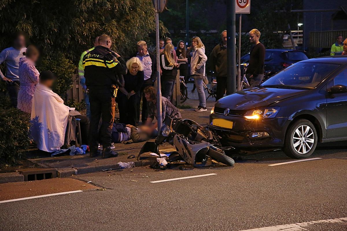 Twee gewonden na botsing tussen scooter en auto