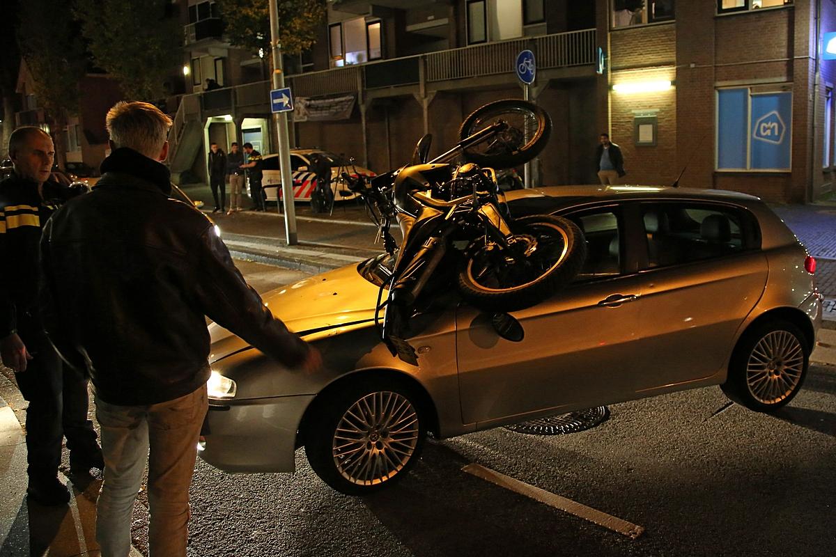 Brommer belandt op auto