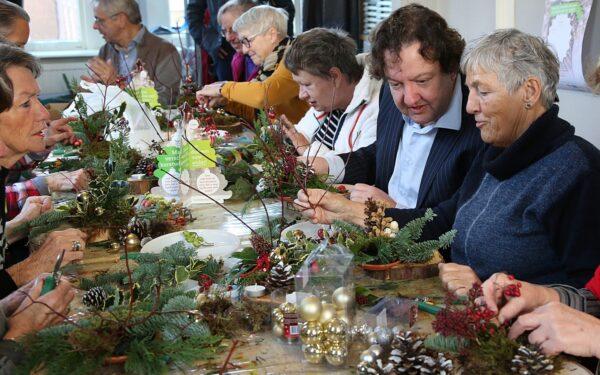 Inloophuis maakt kerststukjes voor Kerstwens Woerden