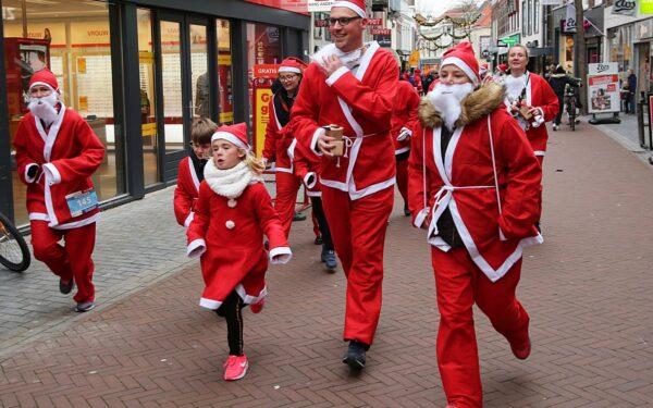 Kerstmannen rennen door Woerdense straten