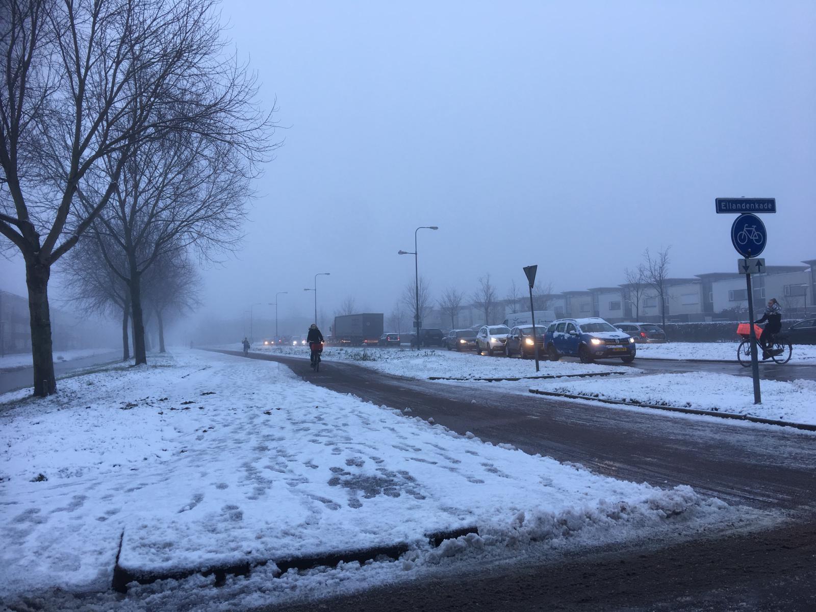 Drukke ochtendspits door sneeuw en gladheid