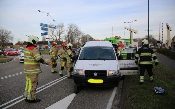 Brandweer bevrijdt personen uit aangereden busje