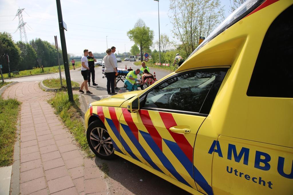 Jonge vrouw gewond na val van scooter