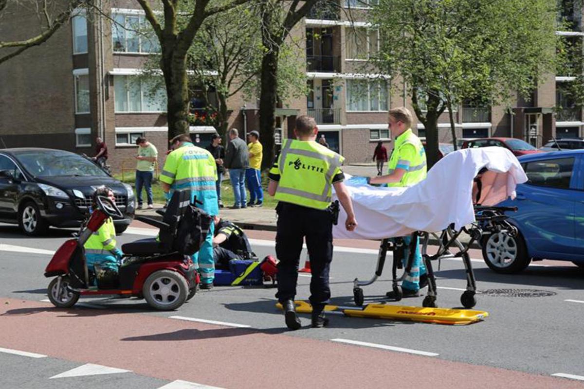 Oudere man op scootmobiel gewond na aanrijding