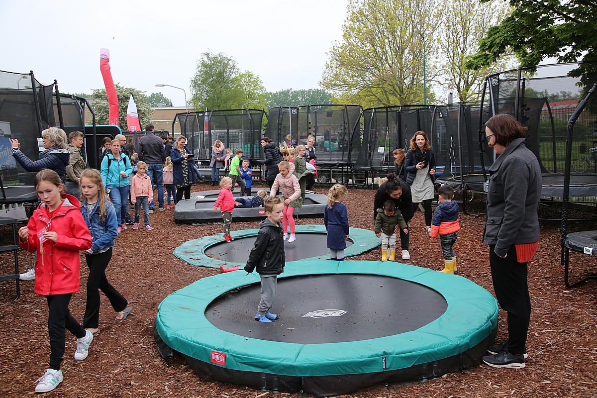 Kinderen vermaken zich op trampolines en skelters bij ThysToys