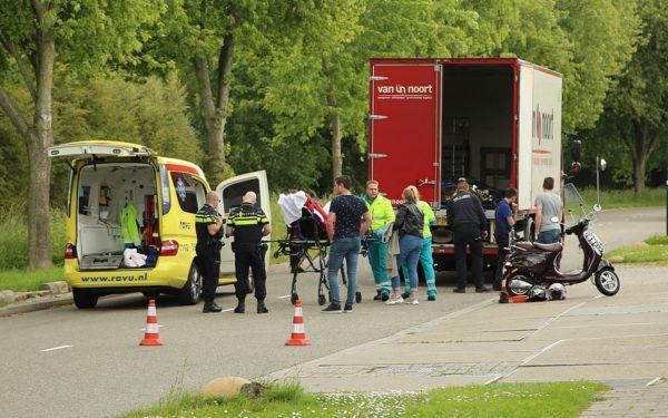 Scooterrijder botst op vrachtwagen