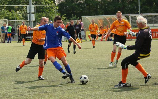 Nederlands dovenelftal verslaat burgemeesterselftal
