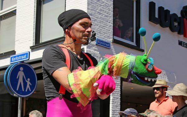 Zonnig straattheaterfestival