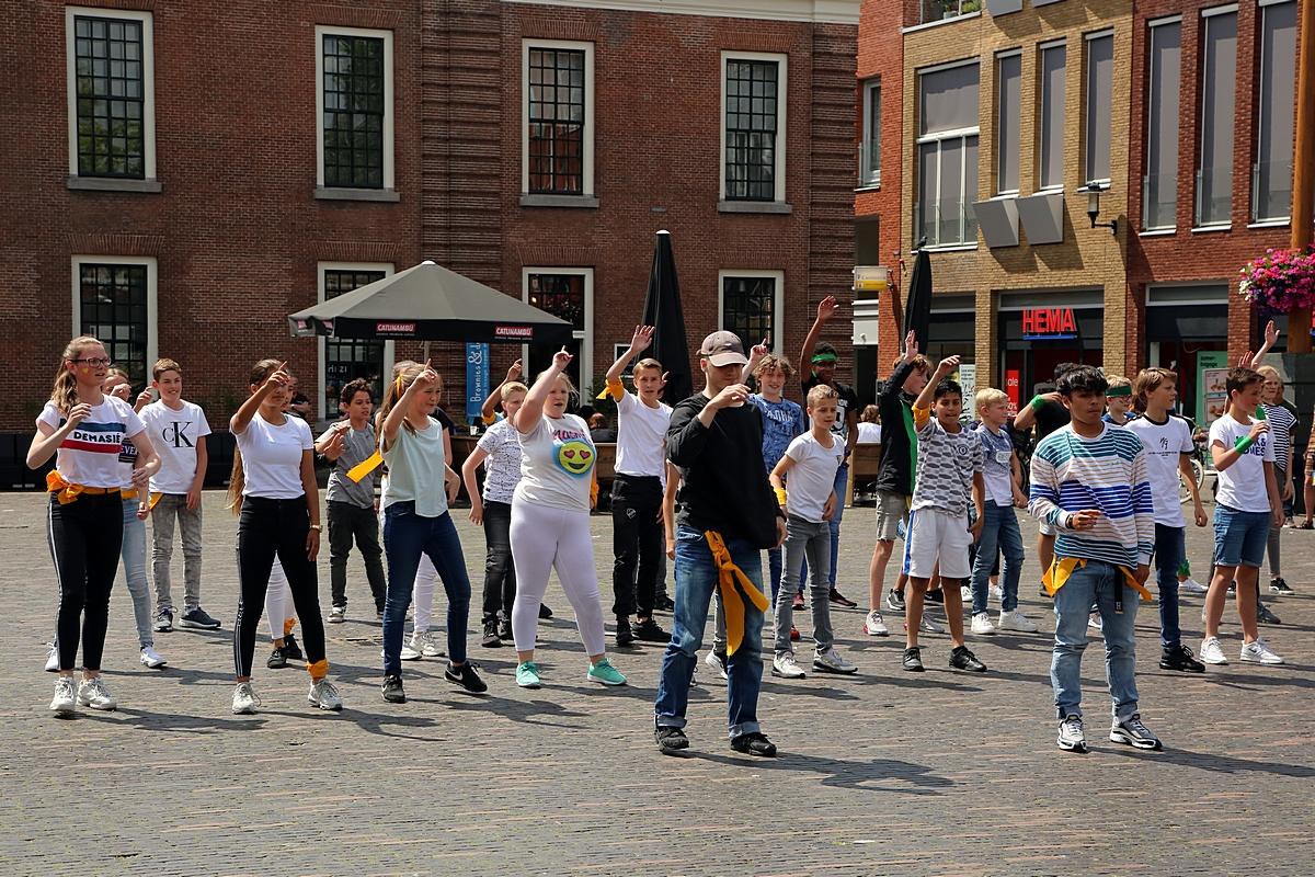 Dansende leerlingen op Kerkplein